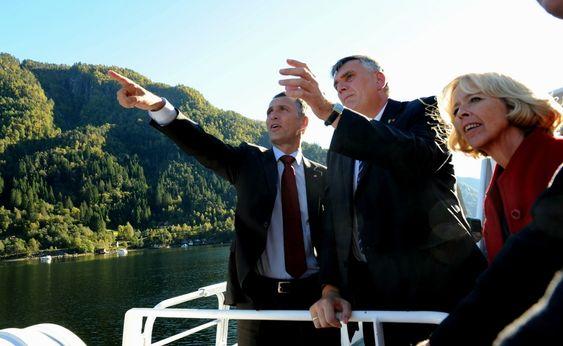 Statsminister Jens Stoltenberg og omsorgs- og helseminister Anne-Grete Strøm-Erichsen blir vist Granvinsfjorden av ordfører Jan Ivar Rødland under besøket i Hardanger.