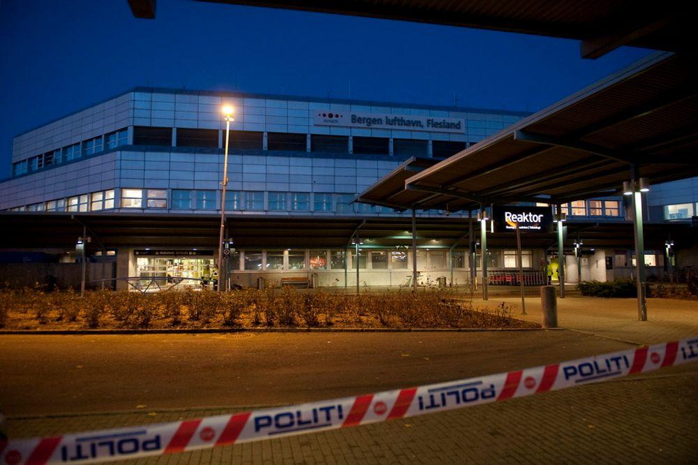 Bergen lufthavn Flesland var tirsdag morgen stengt grunnet mistanke om en bombe i en bag. Etter hvert viste deg seg at bagen tilhørte en forsvarsansatt og bomba var en etterligning.
