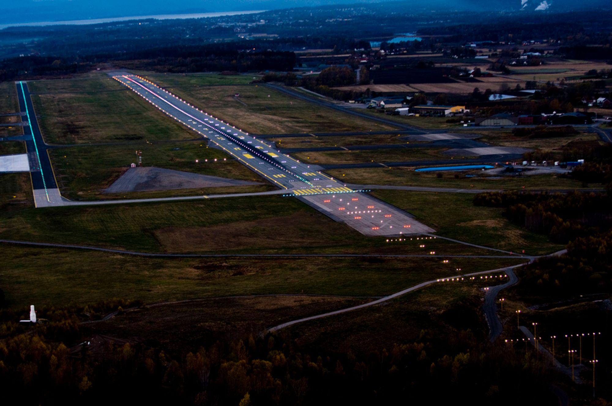 Moss lufthavn Rygge har fått nye landingslys i LED i forbindelse med oppgraderingen til ILS CAT II.