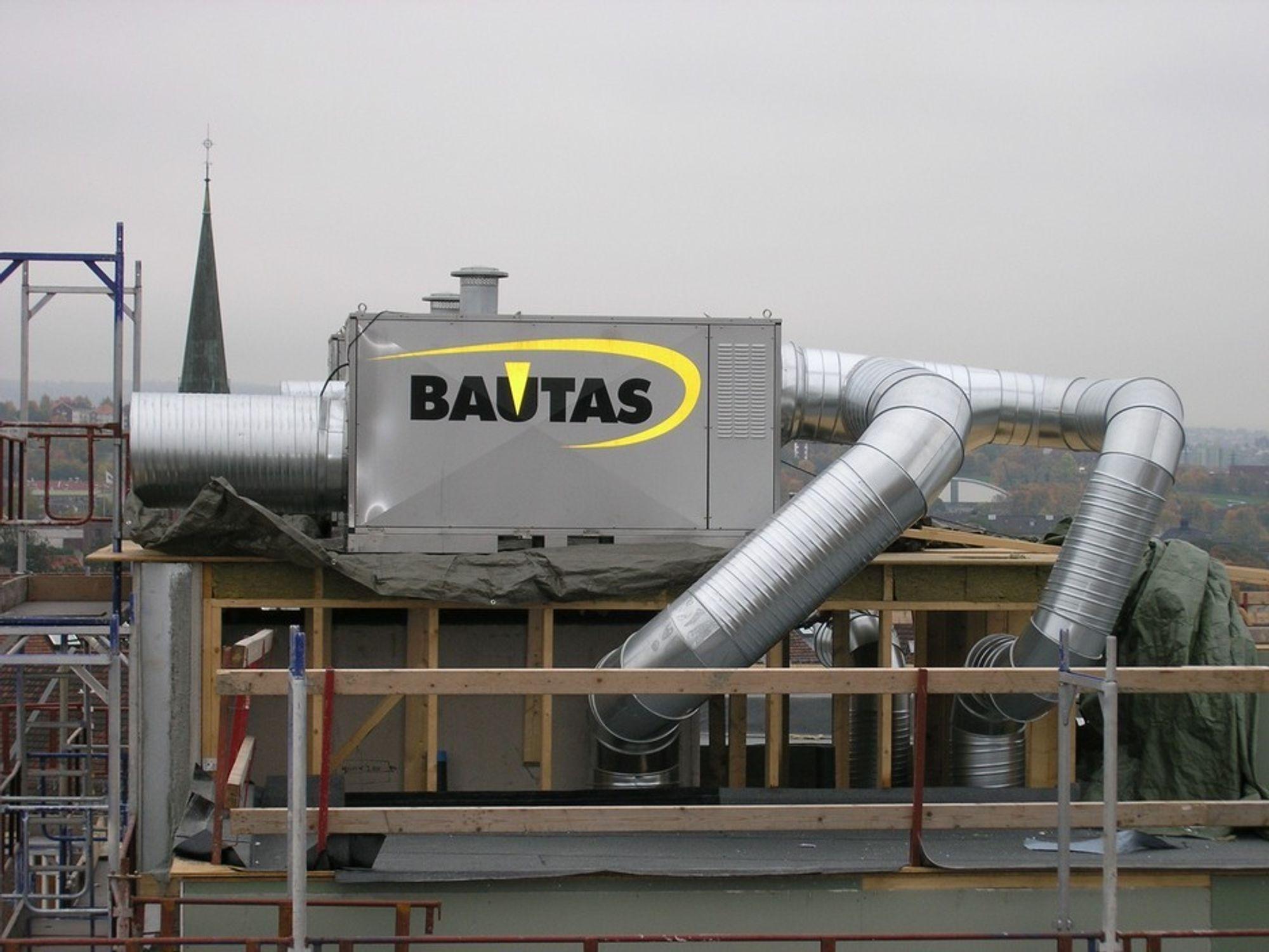 OVERTRYKK: Her suges kald luft inn, varmes opp og sendes inn i bygget under trykk. Det kan presse fukt inn i konstruksjonen.