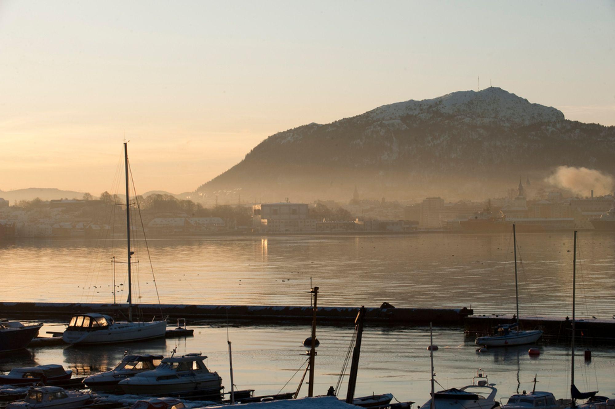 MÅ HANDLE: I fjor vinter ble det satt opp ekstra ekspressbusser, utvidet innfartsparkering og parkeringsrestriksjoner i Bergen sentrum. I dag vurderer kommuneledelsen på nytt nye tiltak mot høy luftforurensning.