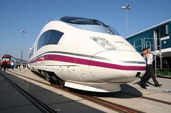 HURTIG: Renfe Operadora har flere AVE Class 103-tog fra Siemens, som blant annet kjører Madrid - Barcelona. Togets toppfart er 350 km/t.