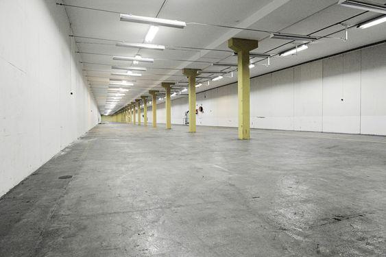 BLIR DATASENTER: En av seks identiske lagerhaller i det tidligere Nato-anlegget på Rennesøy. Lengden innover er på 165 meter, som tilsvarer halvannen langside på Ullevål. Tidligere var disse hallene et av landets største sykehus. Et alternativt bruksområde som ble vurdert var langdistansebowling.