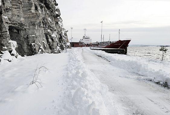 DYPVANNSKAIEN: En del av Hodne-anlegget sett fra vest. Dypvannskaien er 150 meter lang, og en av Europas dypeste.