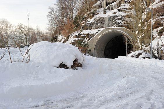 BLINDVEI: Transporttunnelene er sprengt i flere retninger for å kunne lure fiendtlige missiler. Veien inn til høyre er en blindvei.