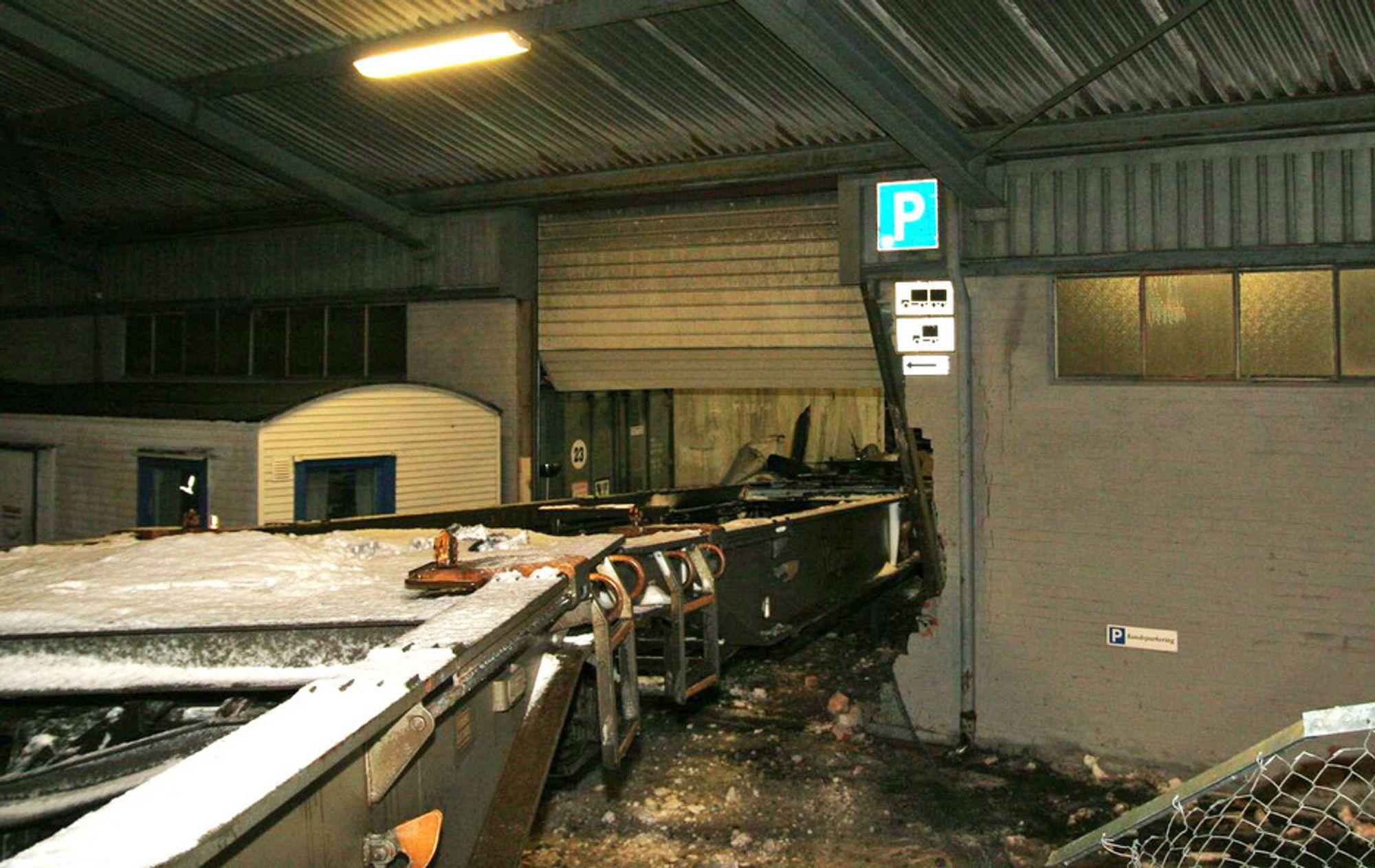 Et godstog sporet torsdag morgen av i Trondheim, og endte inne i en lagerbygning.