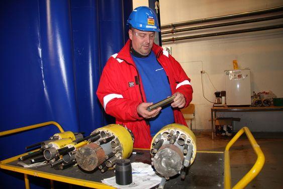 FLEKSITEST: Alle kontrollkablene testes i en egen rigg. Stykker kappes av og granskes for å se etter brudd eller svakheter. Senioringeniør Terje Fredheim ser fornøyd ut.