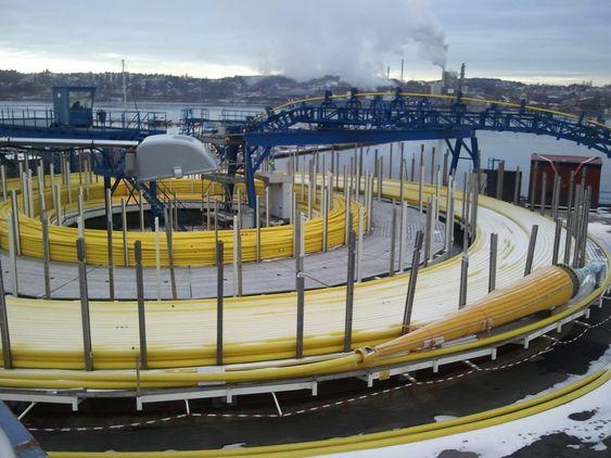 TUNGE KABLER: Den største skiven på det  gamle verftsområdet på Jeløya ved Moss tar 2500 tonn. Store skip kan legge til kai og kveile over de største og lengste kablene. Kortere kabler går ut på mindre tromler om bord i andre skip.