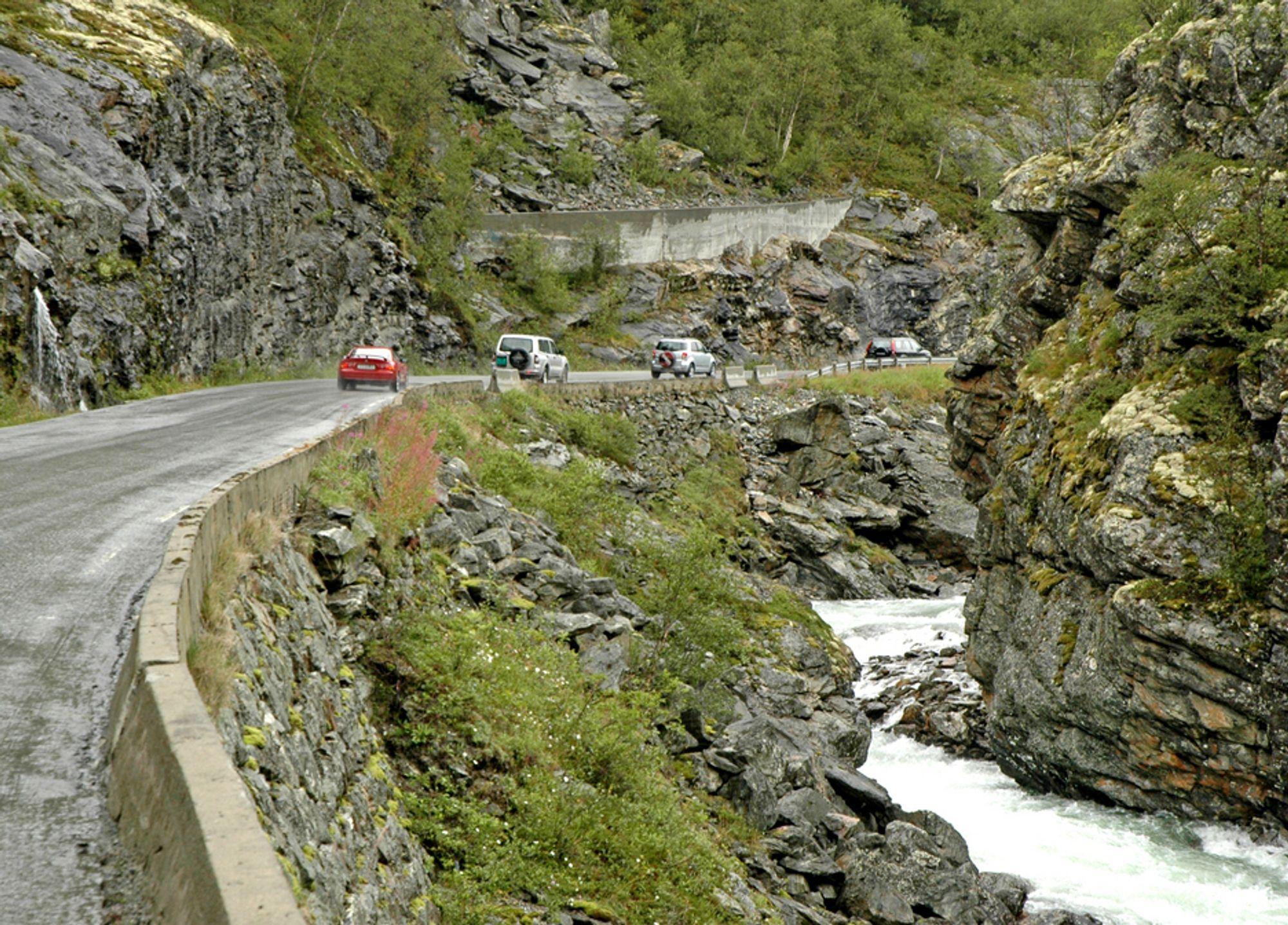 E 16 i øvre del av Lærdal kommune kan være en hyggelig opplevelse for turister, men som stamveg holder den ikke mål. Denne strekningen blir erstattet av en 4 km lang tunnel.