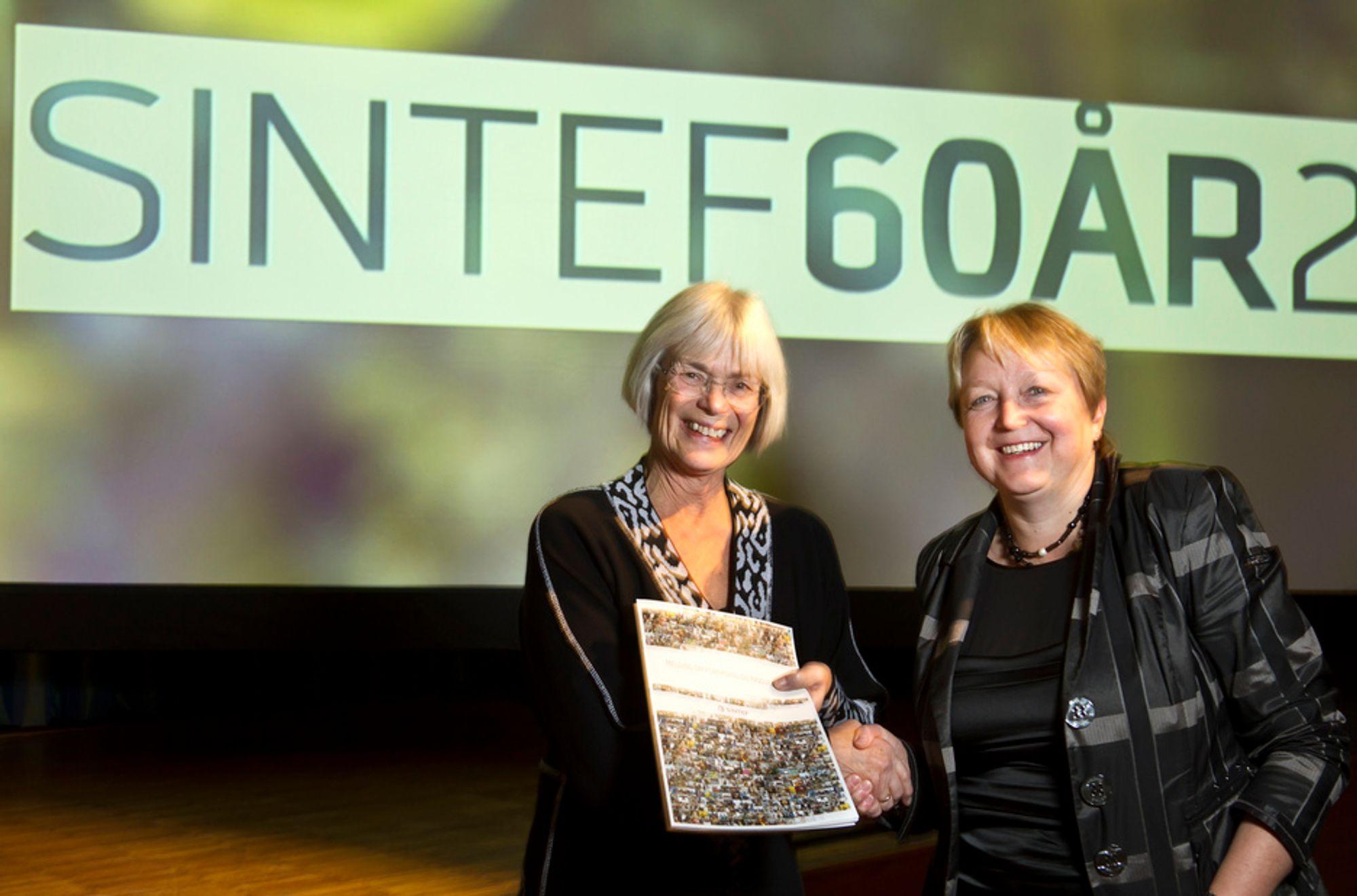 Statsråd Tora Aasland og konsernsjef Unni Steinsmo feirer SINTEFs 60-årsdag. I sin melding om forskning og innovasjon gir SINTEF de syv råd til regjeringen for å sikre norsk forskning og teknologiutvikling.