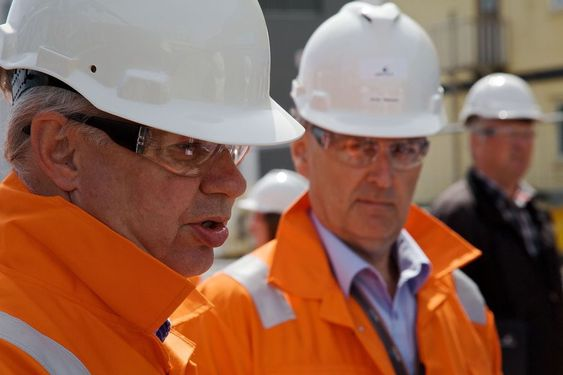Daglig leder Geir Høibye (t.v.) i NOx-fondet fikk se hvordan Arne Mæland (t.h.) og Wärtsilä jobber med miljøombygging av skipsmotorer.
