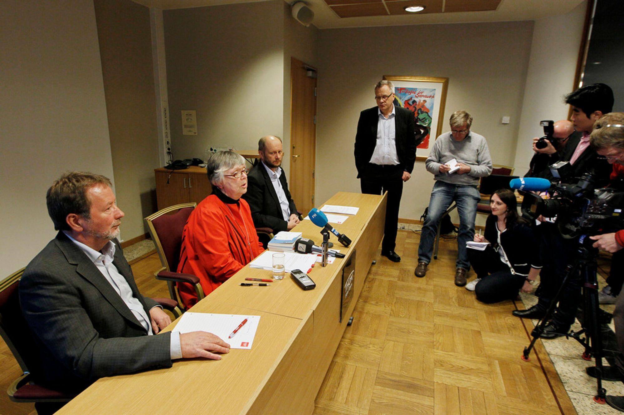 ENIGHET: Arve Bakke (fra venstre), leder i Fellesforbundet, riksmeklingsmann Kari Gjesteby og leder i Norsk Industri, Stein Lier-Hansen, holder pressekonferanse søndag etter at partene har blitt enige om en anbefalt løsning.