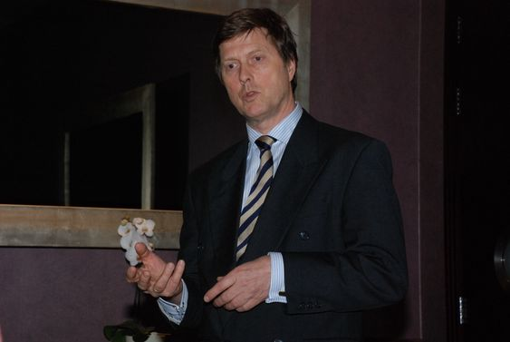 SER MOT ENGLAND: - Vindparker til havs er det nye, store markedet. Det har allerede hatt en kraftig vekst, men dersom alle planene på engelsk sektor realiseres, blir dette et veldig viktig område for oss, sier markedsdirektør Ragnvald Graff i Nexans Norge.