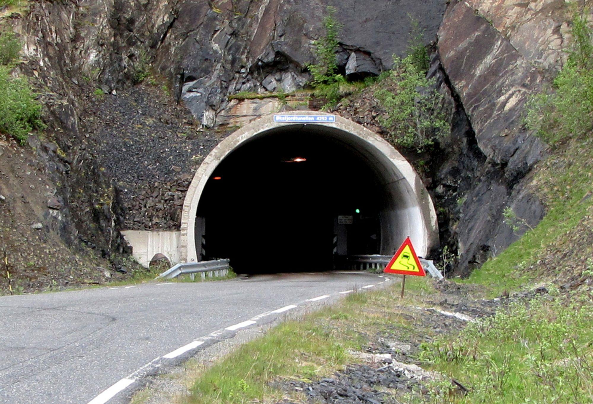 Leohard Nilsen & Sønner fra Risøyhamn har fått kontrakten på oppgradering av Øksfjordtunnelen. Bildet viser østre påhugg.