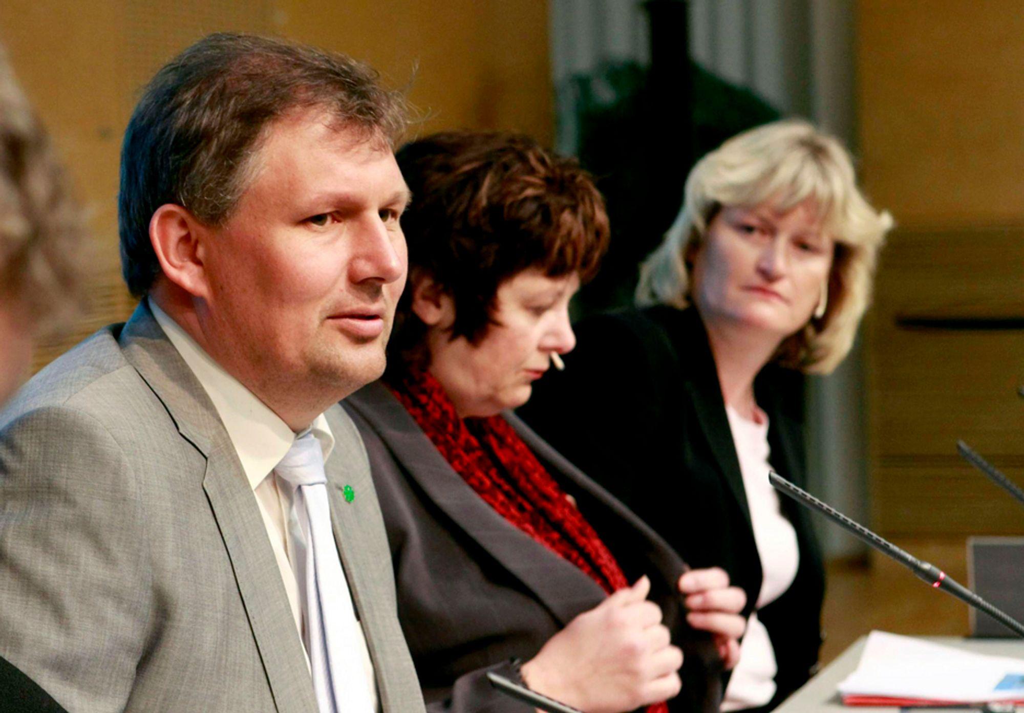 Flere fylkesledere i Sp vil fjerne Terje Riis-Johansen fra regjeringen.