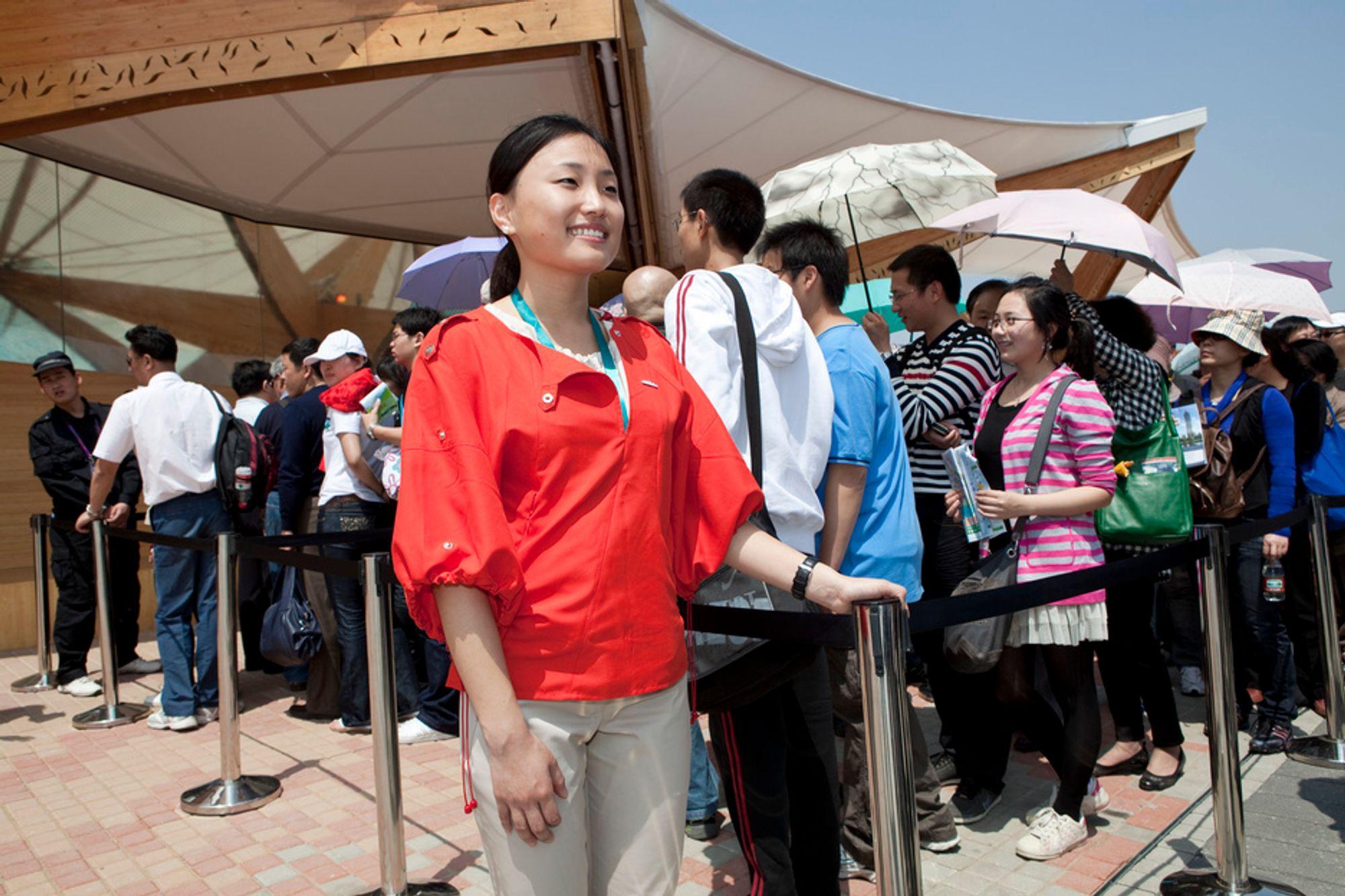 EXPO 2010: Snart tre millioner kinesere har stått i kø for å se den norske paviljongen i Shanghai. Norske statsråder og norsk næringsliv håper kontakten ender med en frihandelsavtale. Foto: Kristin Welle-Strand