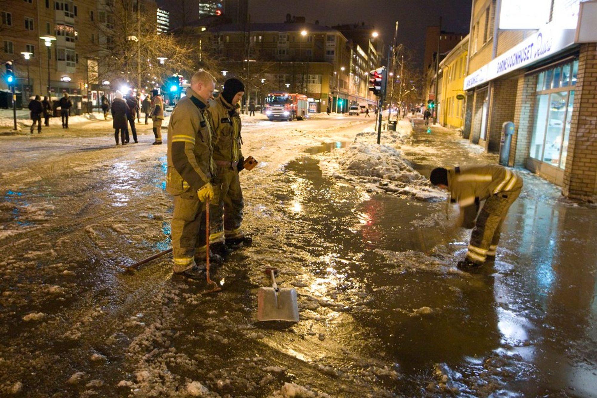 BRUDD: Vannet flommet ut over området ved Tøyenbekken og deler av Grønlandsleiret i Oslo en morgen i januar. Gatene ble ufremkommelige for både biler og busser, men etterhvert fikk man åpnet kumlokkene som var nediset, og oppryddingen kunne begynne.