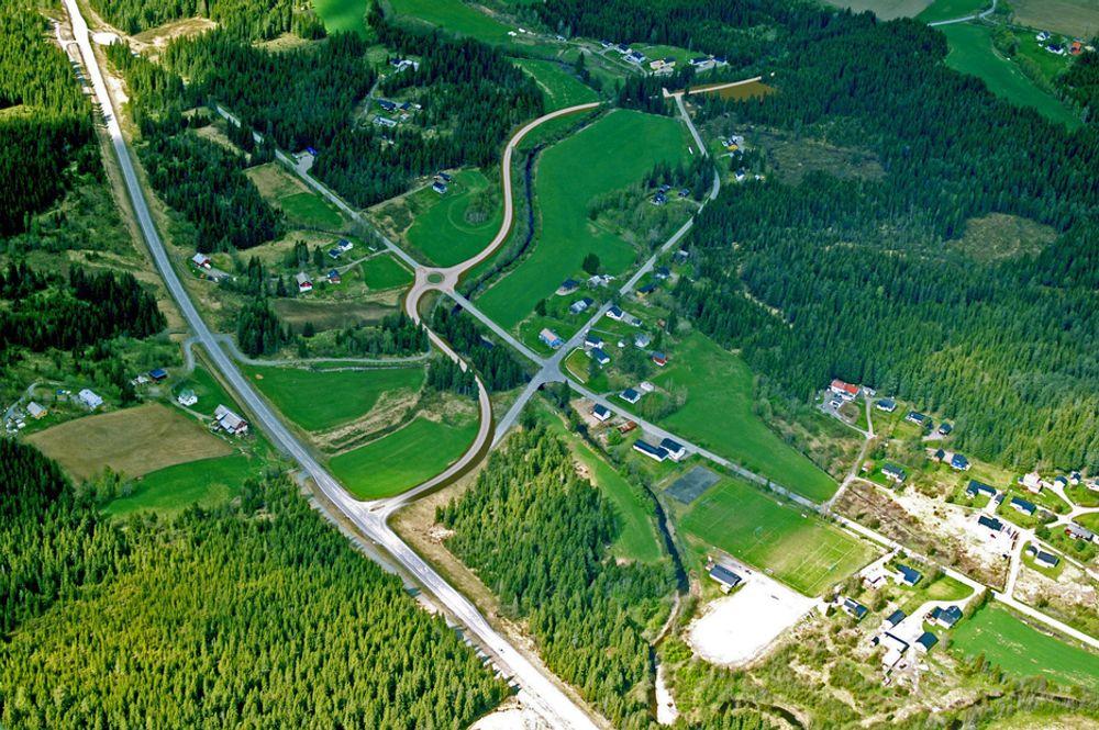 Vegen til venstre er fylkesveg 33. Ny og gammel fylkesveg 155 tar av fra fylkesveg 33 i samme kryss, men den nye går til venstre like etter krysset. Den nye vegen er tegnet inn med en lysere farve enn dagens veger.