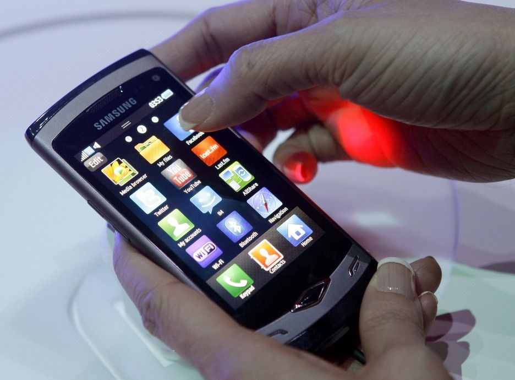 """Slik ser den ut: Samsung """"Wave"""", med unikt operativsystem og egenutviklet prosessor og skjerm."""
