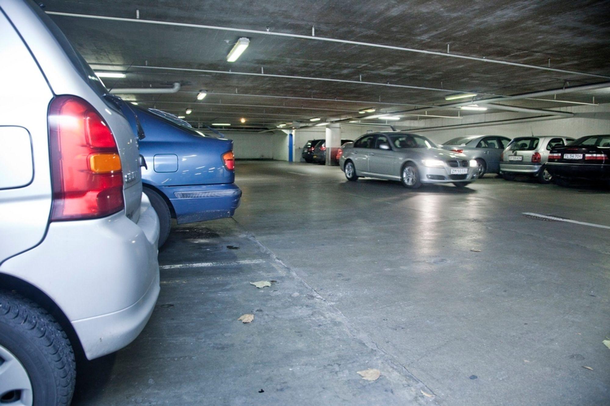 DYRT: Regjeringen vurderer forbud mot gratis byparkering som et tiltak for å redusere biltrafikken.