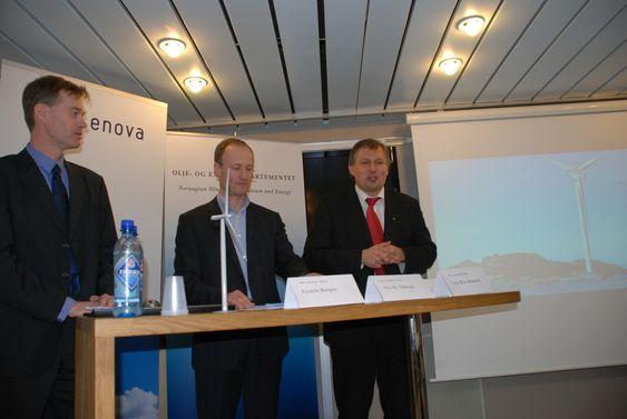 Enova-sjef Nils Kristian Nakstad (i midten) gir 137 millioner til Sway ved direktør Eystein Borgen (til venstre) som lager en gigantturbin på 10 megawatt. Statsråd Terje Riis-Johansen (t.h.) er fornøyd.