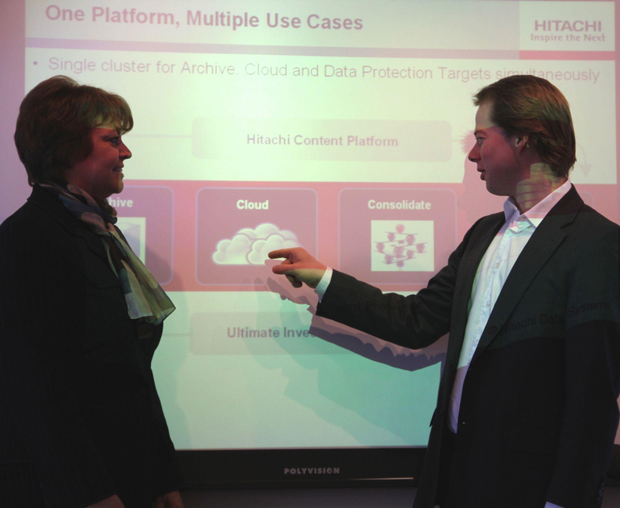 BILLIGERE LAGRING: HDS Europasjef for programvare, Lynn Collier og Norgesjef Rune Sund lanserer programvare som reduserer lagringskostnader.