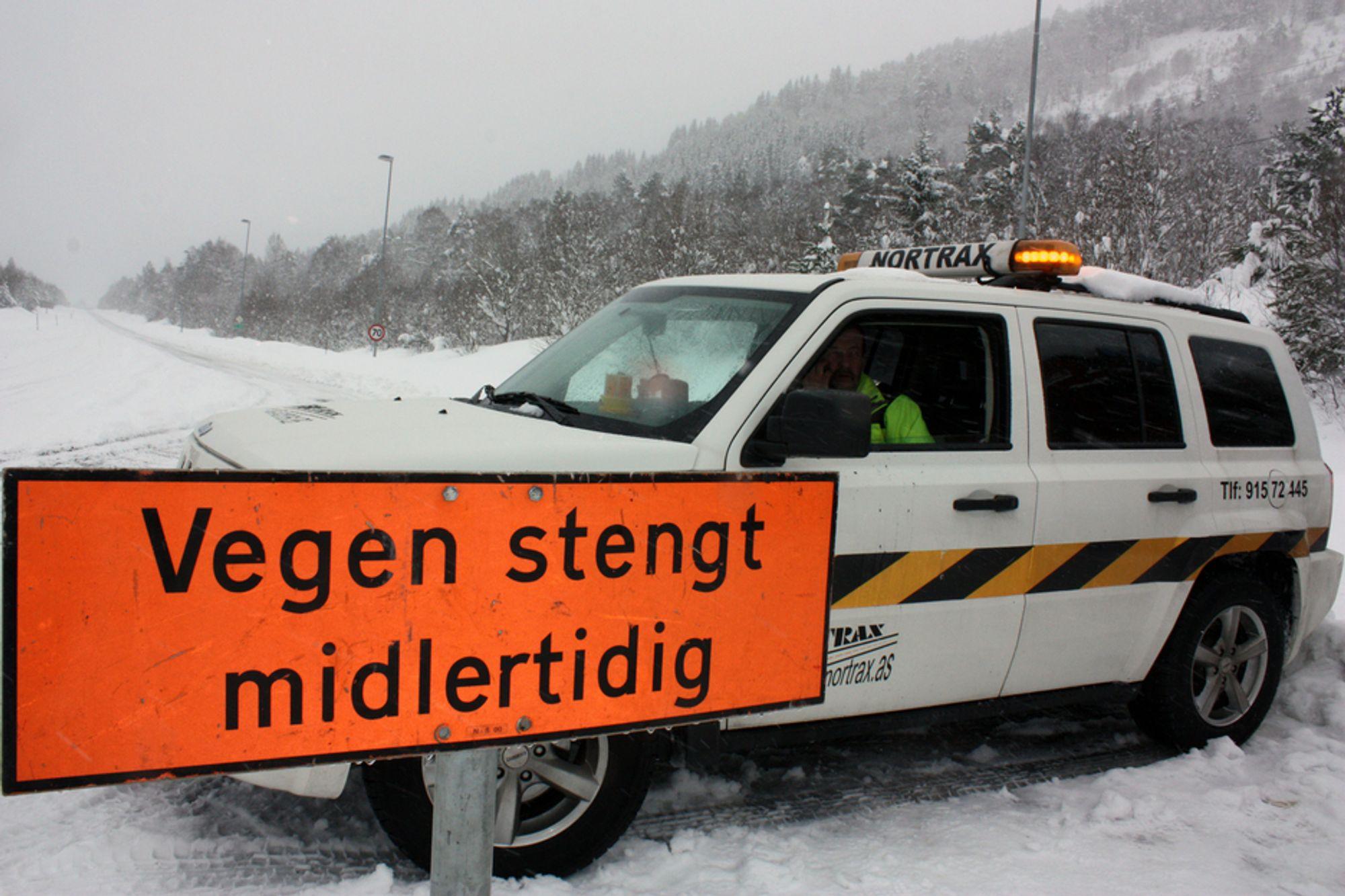 STENGT: Et ras over veien på Ørskogfjellet fører til stengte veier og lange køer.