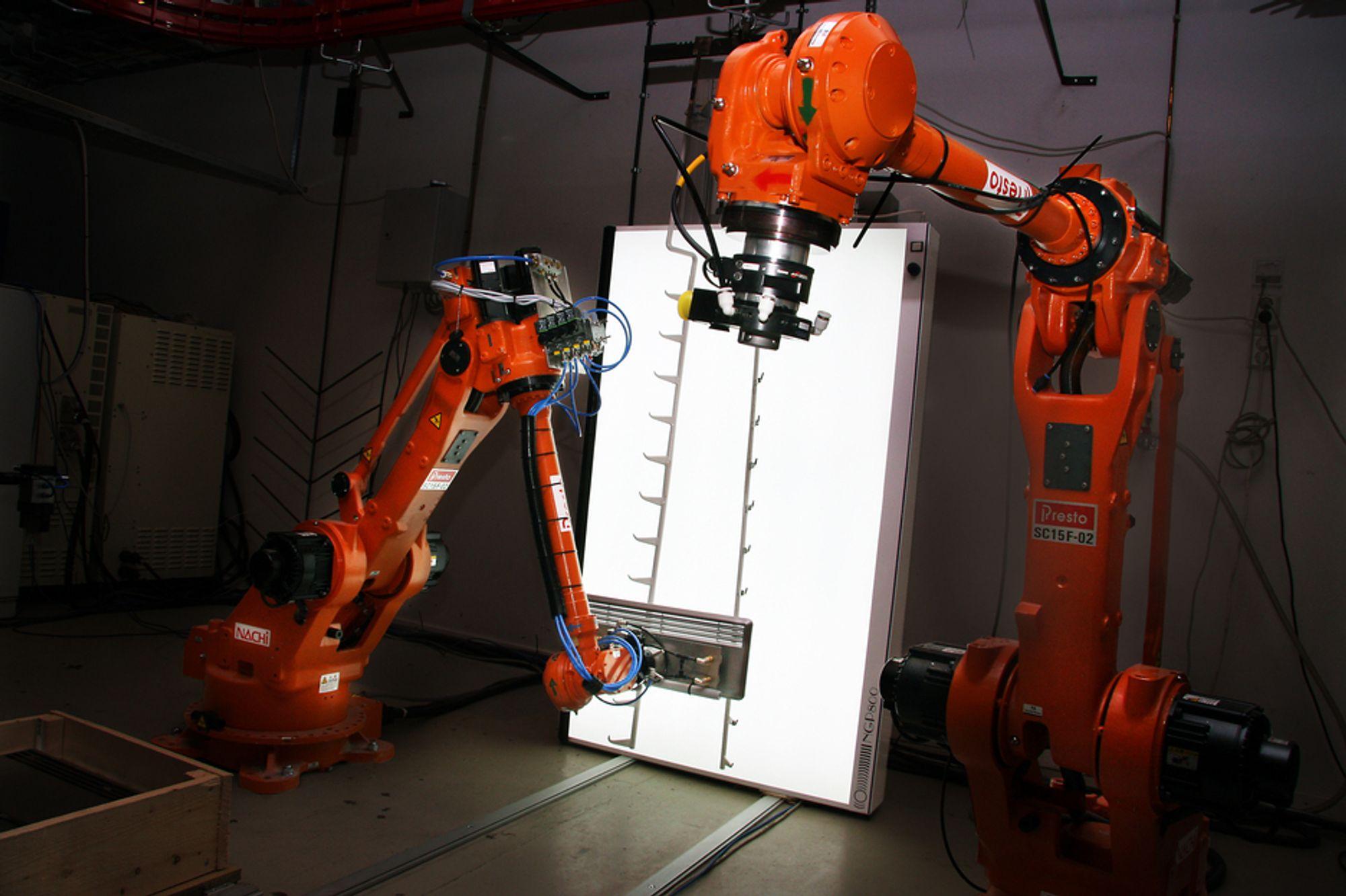 PAR: To roboter er satt opp i en simulert monteringslinje, og plukker deler fra Håg-stoler og Glen Dimplex-ovner.