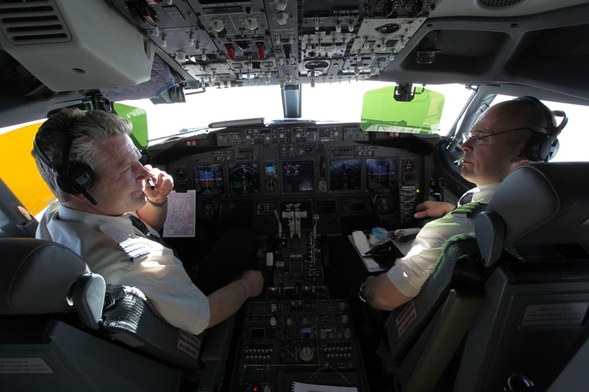 FERRYFLIGHT: Tom Røstad (t.v) og Michael Sterner hadde ansvaret for å fly hjem det den nybygde 737-700-maskinen.