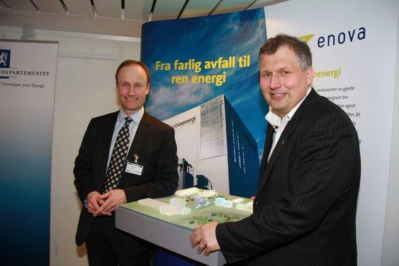 KNYTER IGJEN PENGESEKKEN: De smiler, men statsråd Terke Riis-Johansen er bekymret over kostnadsnivået på vindkraftutbygging. Enova-direktør Nils Kristian Nakstad knyter trolig igjen pengesekken.