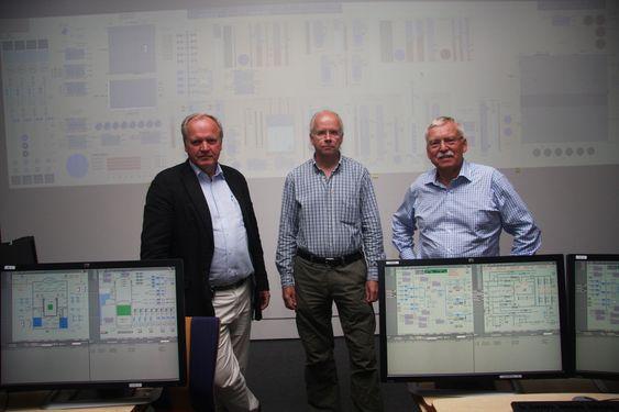 NOK Å GJØRE: Øyvind Berg, seksjonsleder Christer Nihlwing og Fridtjov Øwre viser Teknisk Ukeblad laben hvor det jobbes med å gjøre teknologien og kontrollrommene så intuitiv som mulig.