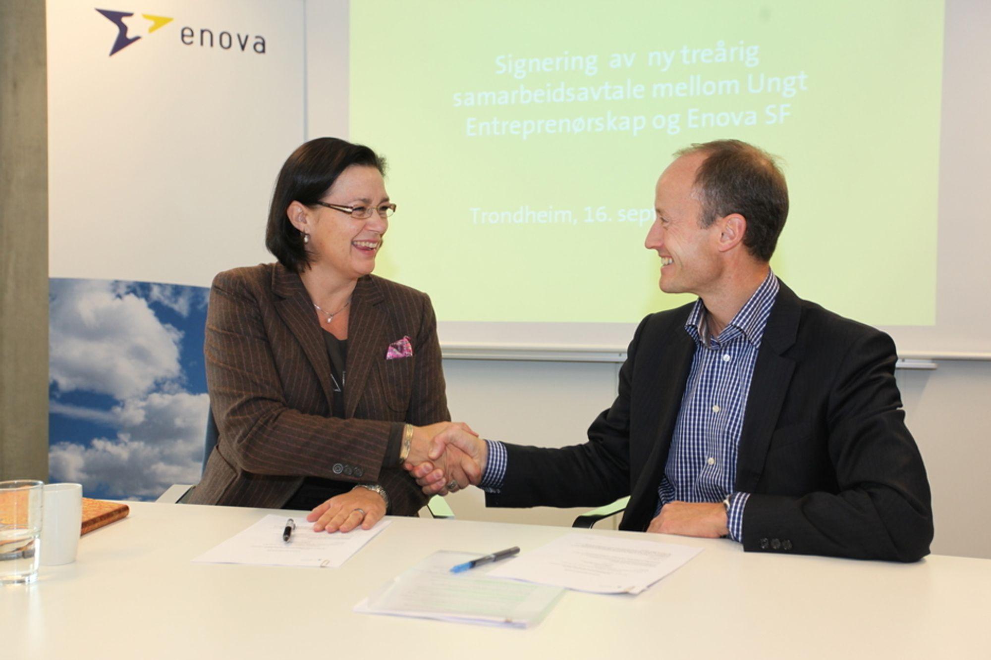 ENIGE: Ungt Entreprenørskaps adm. dir. Anne Kathrine Slungård og Enova-direktør Nils Kristian Nakstad signerte torsdag en avtale om samarbeid i tre nye år.