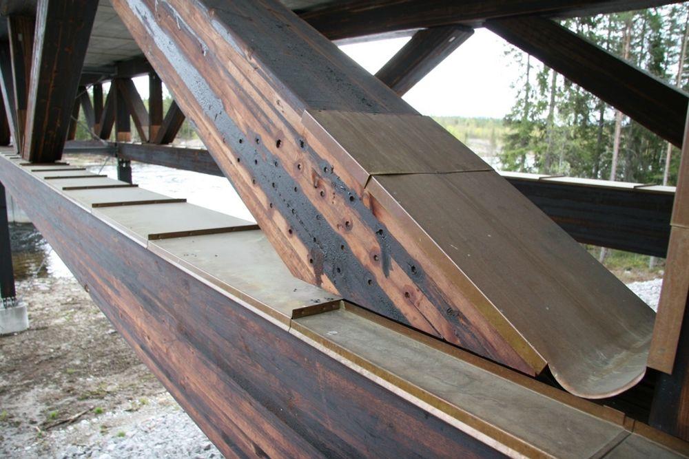 UTVIKLING: Kjøllsæterbrua på Rena har beskyttende kopperplater, den er impregnert med kreosot og forbindelsene er rustfire stålplater festet med dybler. Løsninger som bidrar til at trebruer kan bli mer brukt.