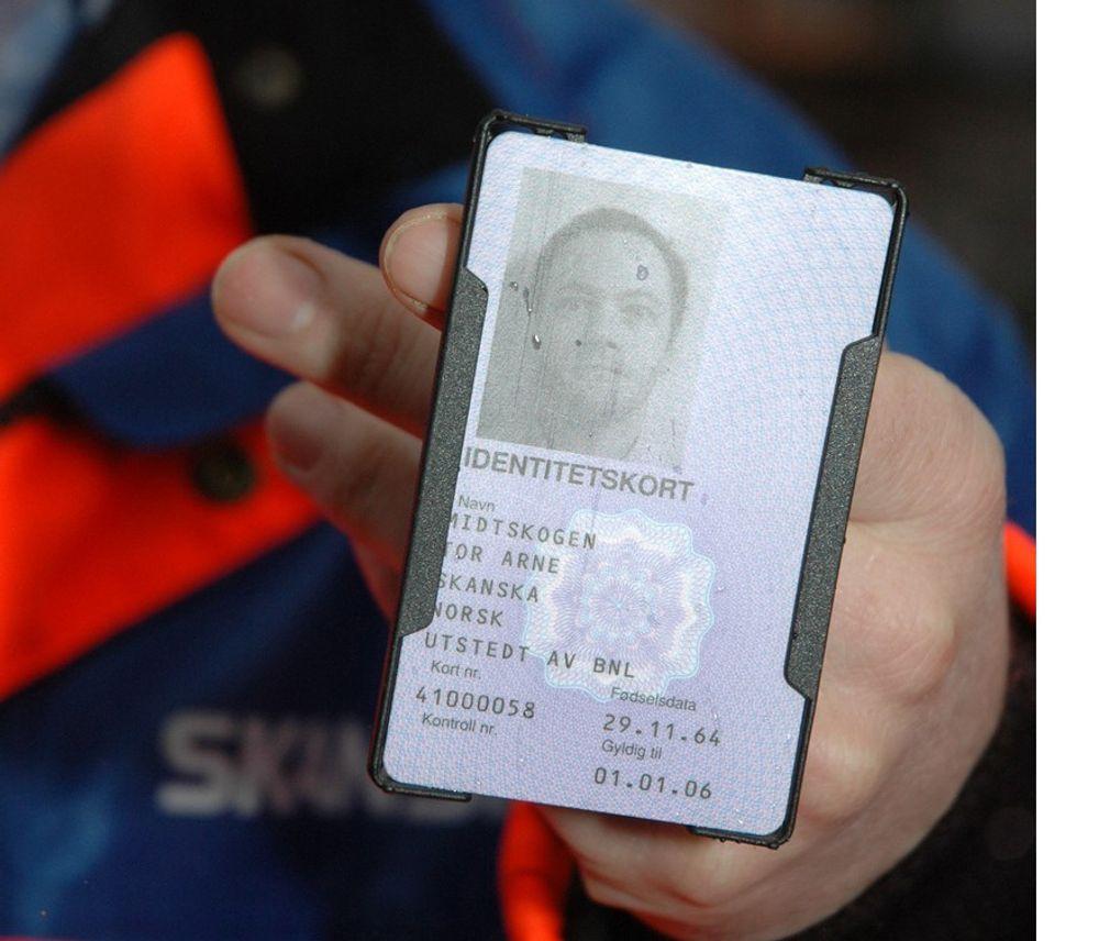 IDENTITET: ID-kortene som alle på byggeplasser nå må bære har ført til tvilsom markedsføring og tjenestesalg som kan være i grenseland av det lovlige. Bildet er fra pilotprosjektet før kortet var i vanlig bruk.