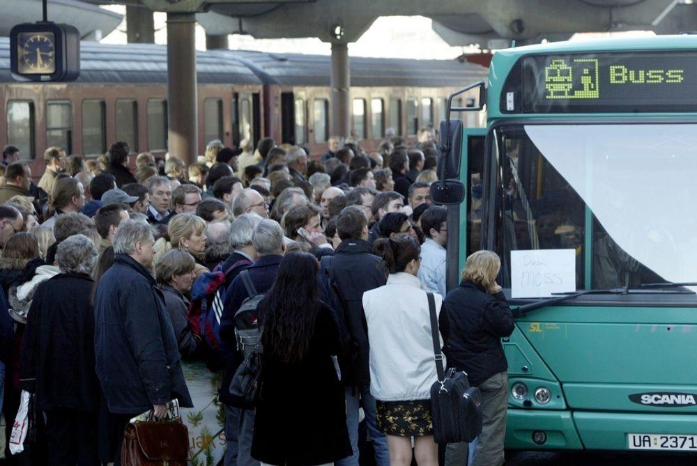 Torsdag fortsatte problemene for togreisende i hovedstadsområdet, med innstillinger på Drammensbanen og Flytoget på grunn av skinnebrudd.