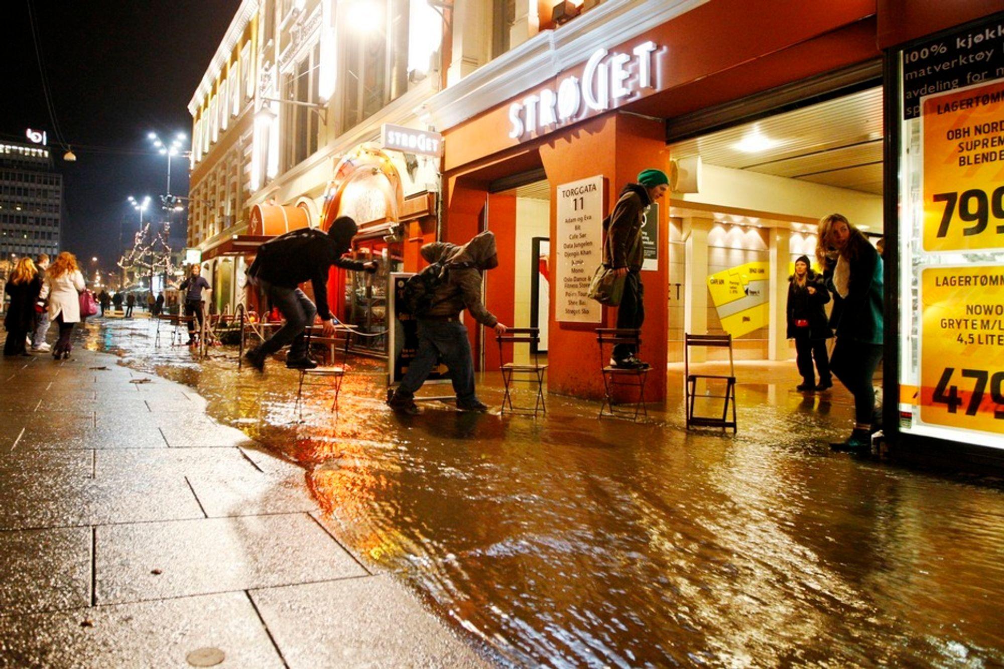 SKADER: Vannlekkasjer gir ofte omfattende skader. Her fra en lekkasje i Torggata i Oslo januar 2009.