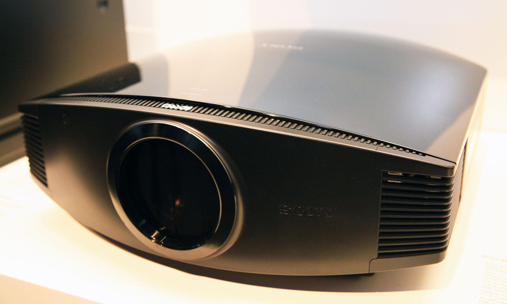 IFA: 3D-projektoren er stor, veier mye og ser kostbar ut. Og billig er den ikke.