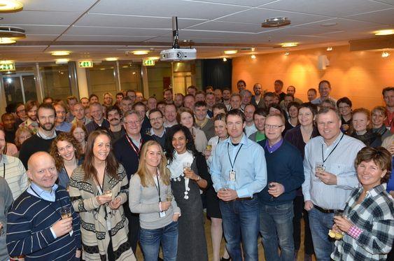 JUBEL: De ansatte i FMC Kongsberg Subsea stråler og skåler, etter å ha gjort seg fortjent til Ingeniørbragden 2010.