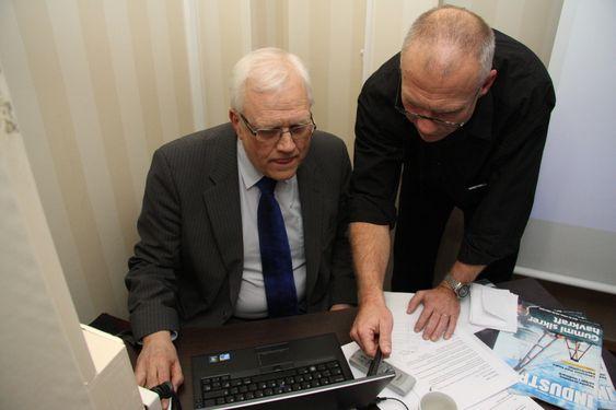 UTREGNING: Juryleder Torbjørn Digernes og Teknisk Ukeblads Tore Stensvold sammenstiller stemmene fra juryen.