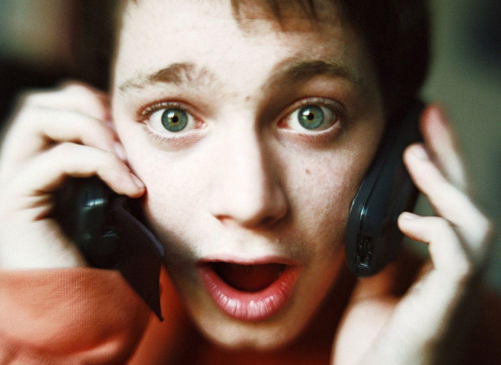 UNNGÅ SJOKK: Mange mobilkunder har fått seg en overraskelse når de har mottatt mobilregningen etter en ferietur i utlandet. Etter 1. april blir det heldigvis billigere å ringe i utlandet - vel og merke dersom du har Telenor-abonnement. NetCom og andre mobiloperatører vil sikkert følge etter med rimeligere priser.
