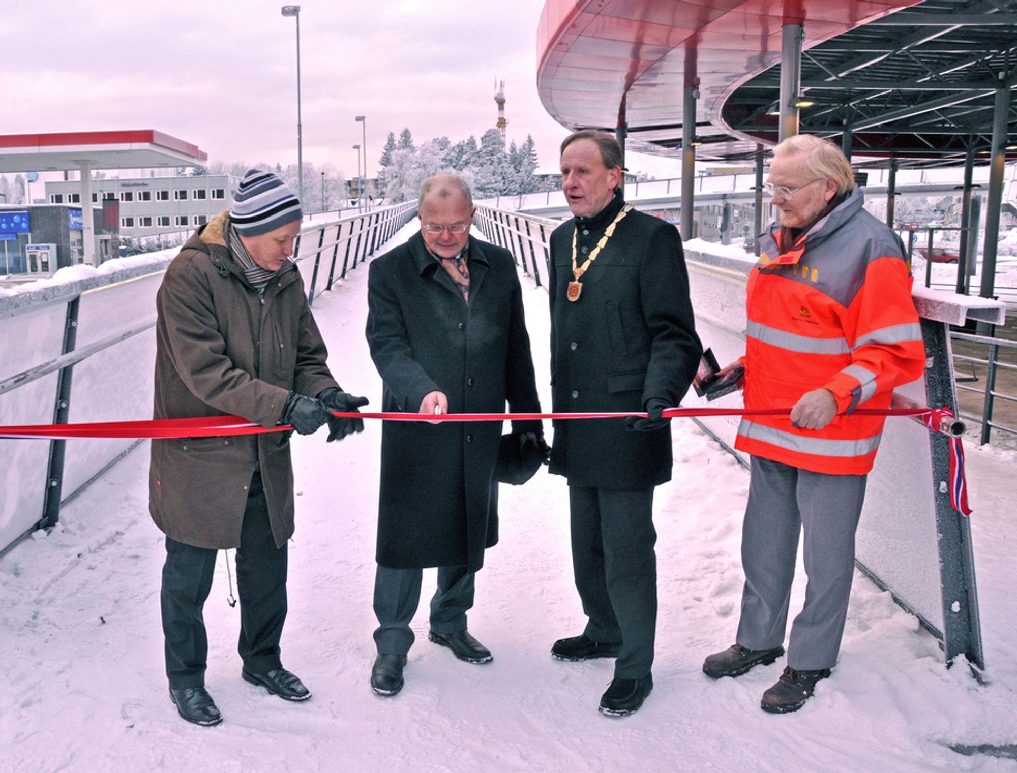 Fylkesmann Hans J. Røsjorde (nr. to fra venstre) markerer at Lørenskog kollektivterminal er åpnet og at passasjerene - forhåpentligvis - snart kan ta den i bruk.