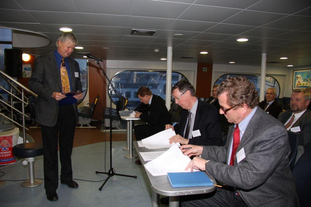 FELLES LØFT: NOx-fondets leder Geir Høibye ser på mens Harald Rensvik fra Miljøverndepartementet og NHO-sjef John G. Bernander undertegner den nye NOx-avtalen.