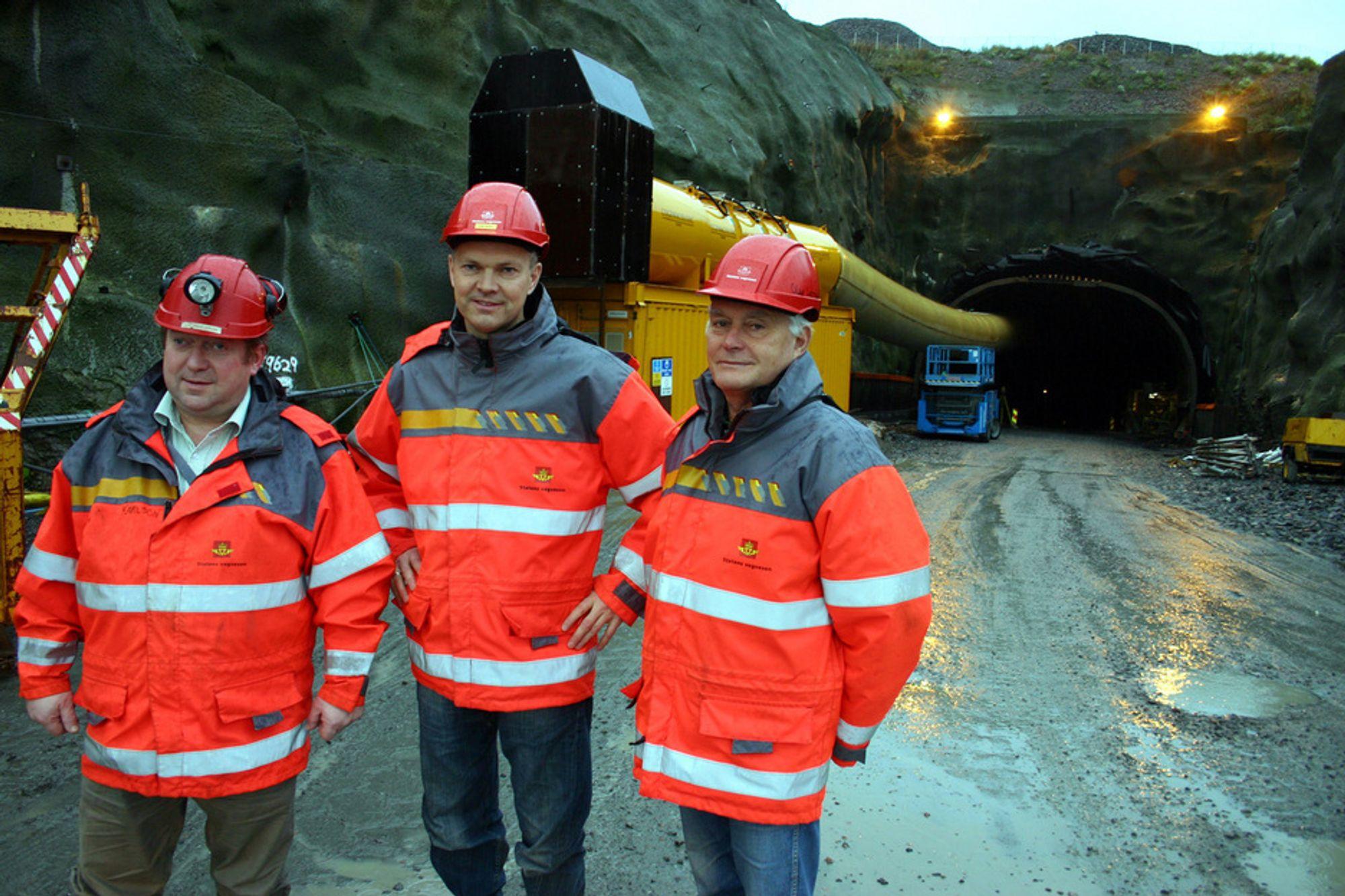 Atlanterhavstunnelen vil ha gjennomslag torsdag. Her prosjektleder Hallgeir Brudeseth (i midten) sammen med byggelederne Kåre Ingolf Karlson (t.v.) og Olav Lervik.