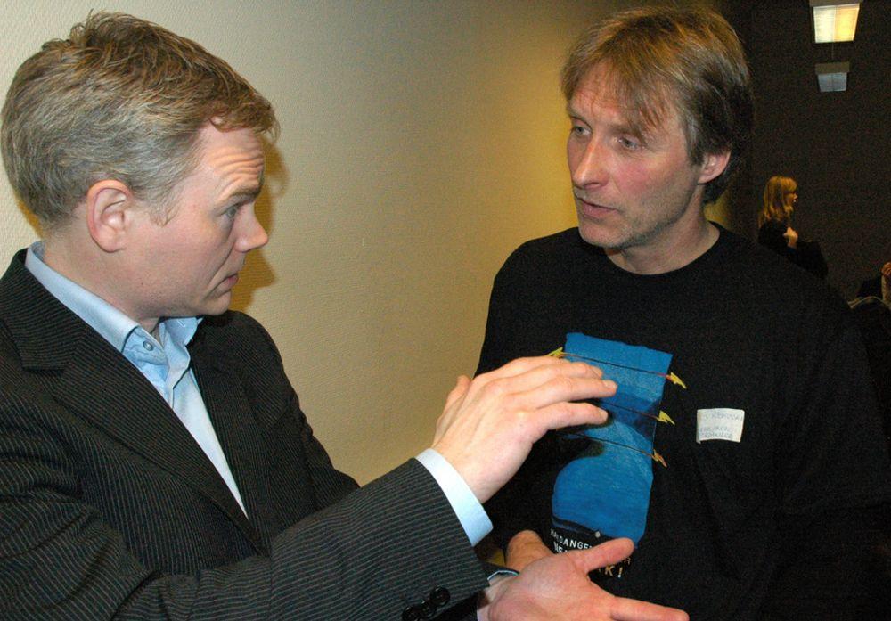 Albert Leirbukt i ABB (t.v.) forklarer selskapets kabelteknologi til Klaus Rasmussen i Folkeaksjonen i Hardanger for sjøkabling.