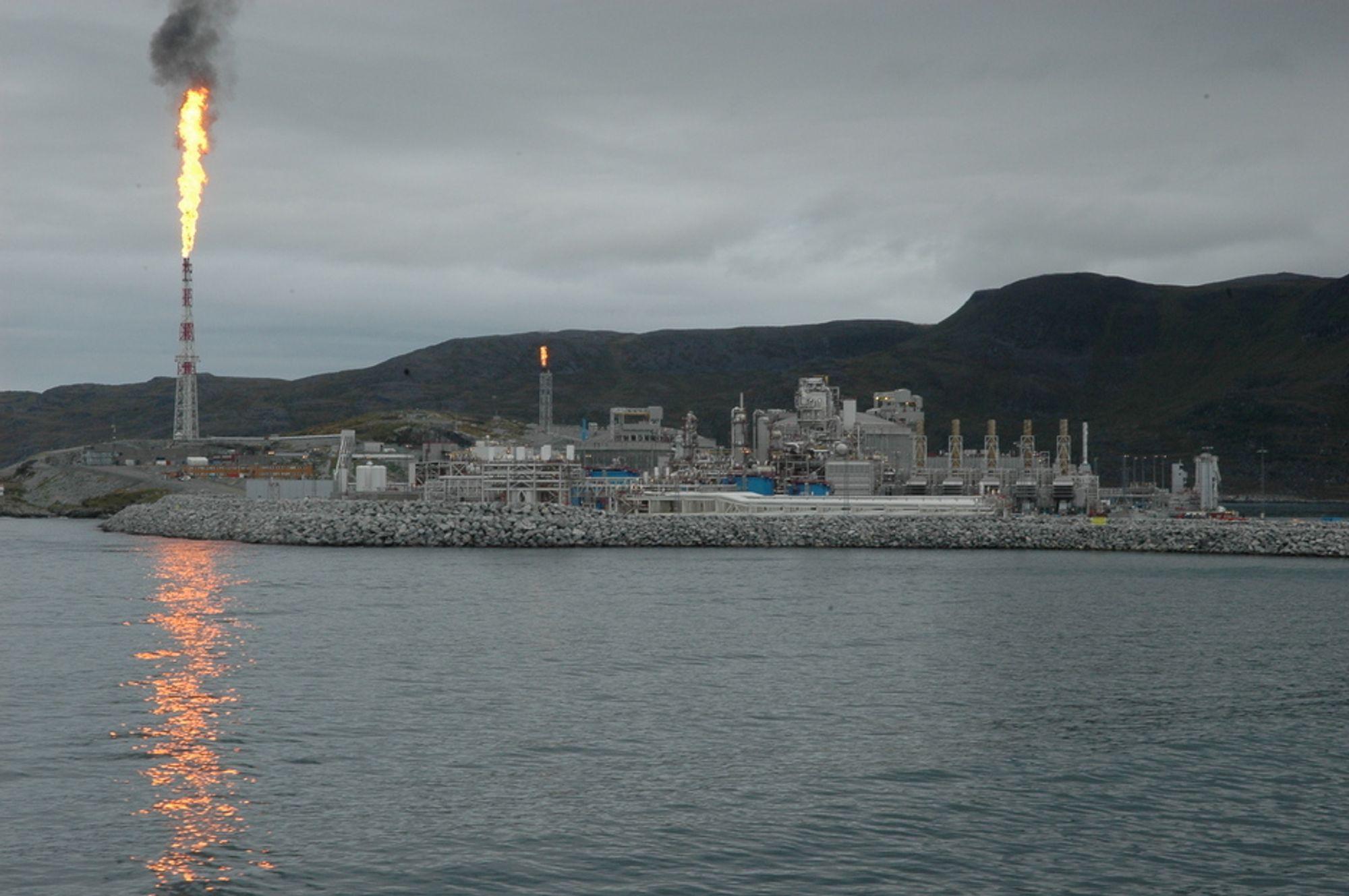 SLOKKER FAKKELEN: Et av tiltakene for å redusere CO2-utslippene er å slokke fakkelen. Hoppet i CO2-utslipp i 2007 kom nettopp av all faklingen på Snøhvit. I dag går anlegget som forutsatt og fakkelen er slukket. På den anne side slipper gasskraftverket på Melkøya ut nesten 900 000 tonn CO2 årlig.