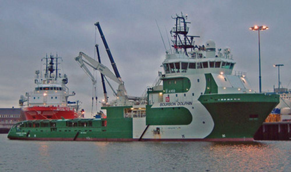 Bourbon Dolphin. Dersom ankerkjettingen til Transocean-riggen har kommet over på siden, kan skipets stabilitet ha blitt endret og tippet fartøyet over på siden. Det ble liggende med bunnen i været etter ulykke 12. april.