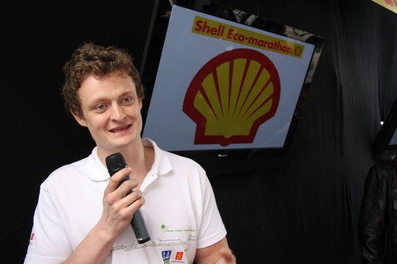 Magnus Christian Ebbesen er prosjektleder for NTNUs bil DNV Fuel Fighter. 28 april avduket Terje-Riis Johansen to biler før Shell Eco-marathon. En bil fra NTNU og en fra Høyskolen i Østfold skal konkurrere i mai 2009.
