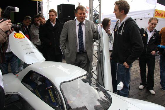 Terje-Riis Johansen avduker biler før Shell Eco-marathon. En bil fra NTNU og en fra Høyskolen i Østfold skal konkurrere i mai 2009.