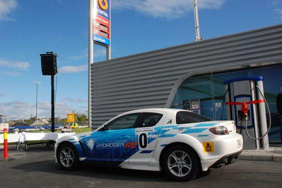 Mazda RX-8 Hydrogenbil under åpning av StatoilHydros hydrogenstasjon på Økern i Oslo 110509.