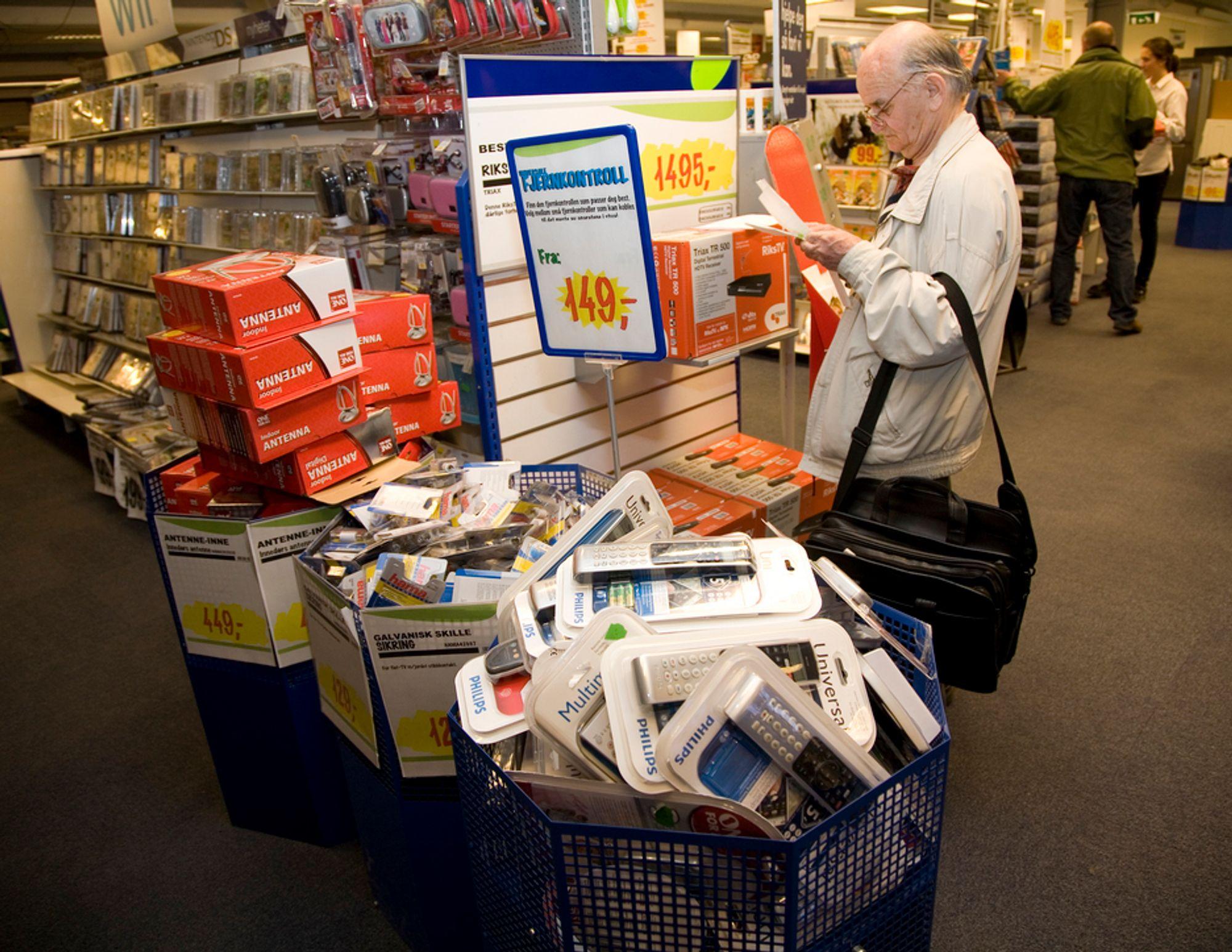 MENGDER: Plastmengdene er store i elektronikkforretningene.